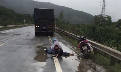Tai nạn thương tâm: Hai mẹ con ngồi bệt xuống đường, ôm thi thể chồng khóc ngất giữa trời mưa lạnh