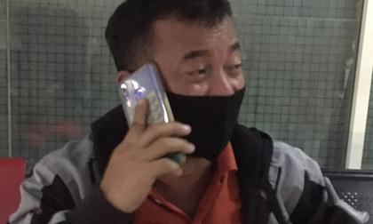 Máy bay rơi ở Indonesia: Người đàn ông thẫn thờ nhìn ảnh con trai mới sinh trong điện thoại