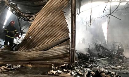Chủ đại lý gào khóc bên hàng trăm xe máy bị cháy rụi