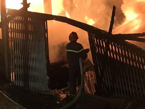 Cháy xưởng gỗ tại quận 12: 'Cháy lớn quá, bỏ chạy không kịp mang dép'