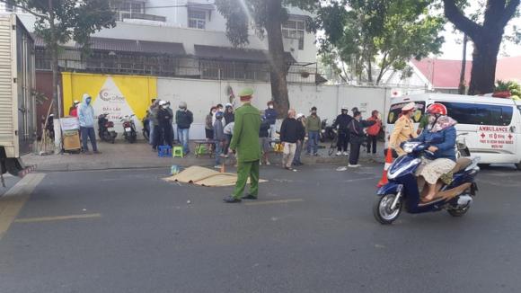 Một phụ nữ chết thảm dưới bánh xe thư báo - Ảnh 1.