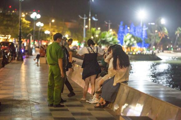 Nhiều người bị xử phạt 2 triệu đồng vì không đeo khẩu trang khi đến TP biển Vũng Tàu  - Ảnh 1.