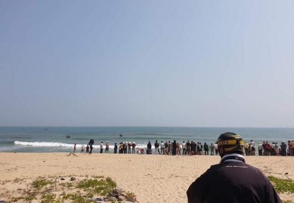 Nam thanh niên lao ra biển cứu sống 3 học sinh bị đuối nước, 1 em đang mất tích