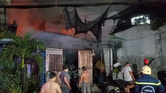 TP.HCM: Nhà thu mua phế liệu cháy dữ dội, người dân nỗ lực cứu tài sản nhưng phải tháo chạy thoát thân - 1