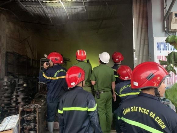 Ứng cứu kịp thời hai cha con mắc kẹt trong ngôi nhà đang bốc cháy dữ dội - 2