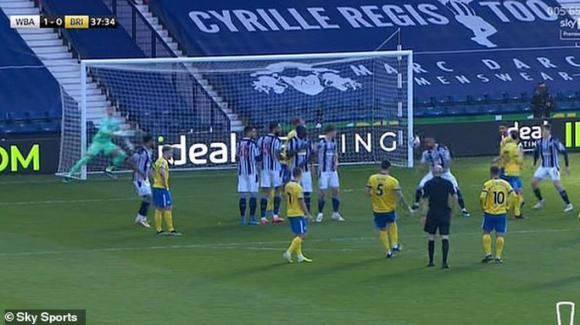 Khó tin: Trọng tài bẻ còi bàn thắng hy hữu, Ngoại hạng Anh dậy sóng - Ảnh 1.