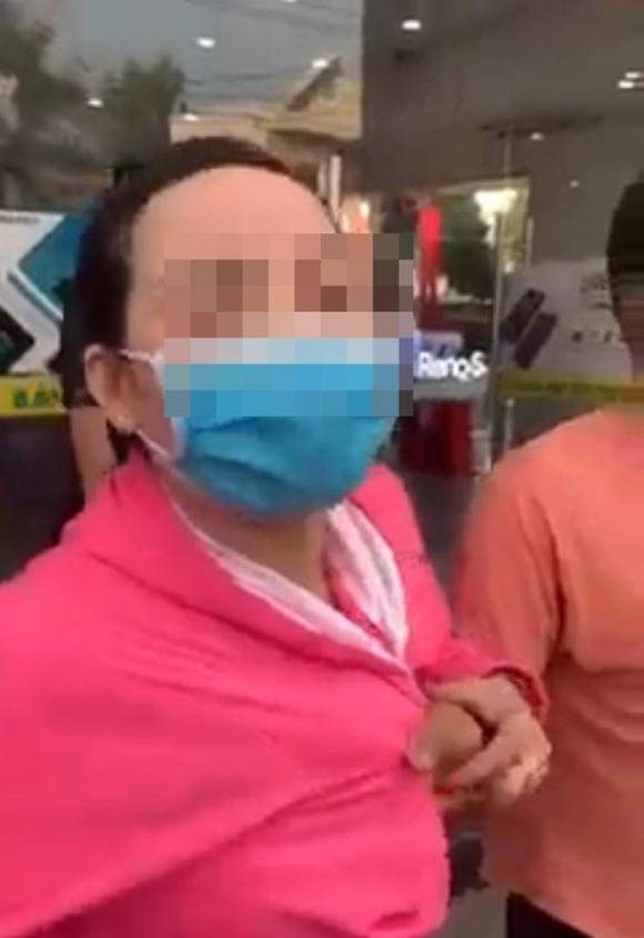 Bị bắt quả tang khi trộm đồ, người phụ nữ đeo vàng đầy tay thừa nhận: 'Chị xin lỗi em, được chưa?' - 1