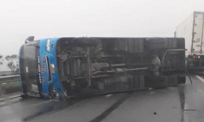 Xe khách lật trên cao tốc Nội Bài - Lào Cai, 6 người thoát chết