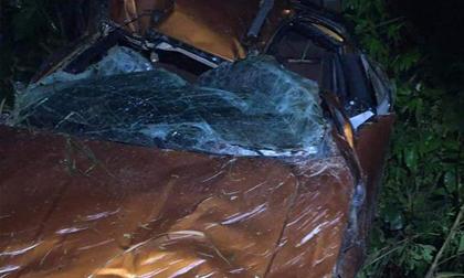 Hiện trường kinh hoàng chiếc xe bán tải lao xuống vực khiến 3 người thương vong