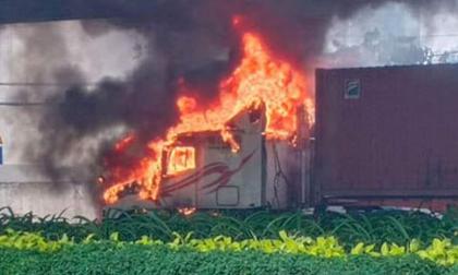 Xe container bốc cháy nghi ngút, cầu Phú Mỹ bị khói đen bao trùm