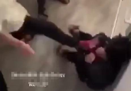Nhóm học sinh liều lĩnh đánh hội đồng bạn ngay trong trường - 1