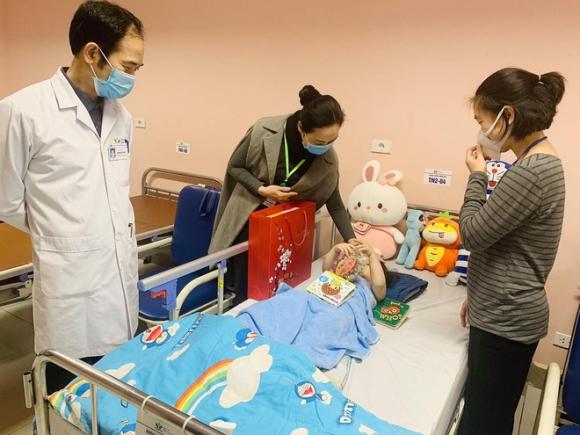 Bé gái 3 tuổi rơi từ tầng 12 chung cư được ra viện sau 5 ngày: 'Đây thực sự là niềm hạnh phúc quá lớn lao của gia đình' - 1