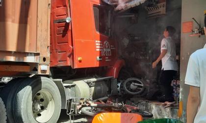 Xe container tông sập nhà dân dưới gầm cầu Phú Mỹ, cuốn nhiều xe máy, 1 người chết