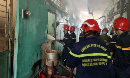 Xưởng inox cháy dữ dội lan sang 21 phòng trọ, nhiều người ôm tài sản tháo chạy