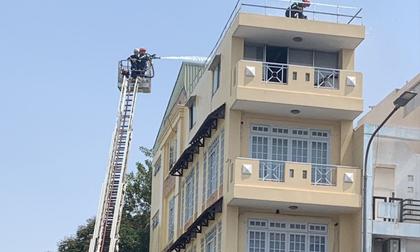 TP.HCM: Nhà 4 tầng bị cháy dữ dội, Cảnh sát dùng xe thang giải cứu 2 người mắc kẹt trên sân thượng
