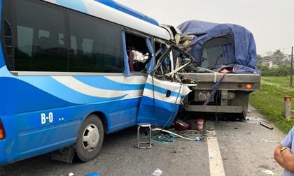 Hiện trường kinh hoàng vụ xe 29 chỗ chở khách đi lễ đền đâm đuôi xe đầu kéo trên quốc lộ