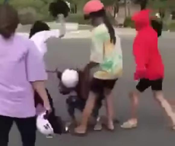 Nữ sinh lớp 8 bị nhóm bạn hò hét xé áo, đánh đập dã man
