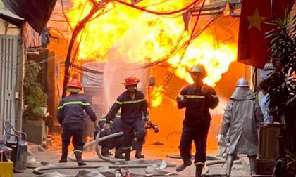TP.HCM: Căn nhà 2 tầng cháy dữ dội lúc rạng sáng, 4 người bị mắc kẹt