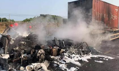 NÓNG: Tông rồi kéo lê xe máy 50 mét khiến 2 người thương vong, xe đầu kéo cháy rụi
