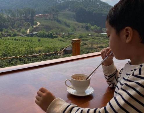 """Hà Tăng hé lộ lối sống của quý tử Richard Nguyễn, bảo sao mẹ luôn gọi là """"chàng trai có 1"""