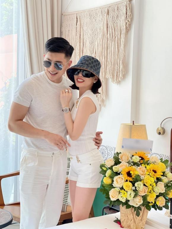 Lệ Quyên tình tứ bên Lâm Bảo Châu trong bữa tiệc mừng sinh nhật sớm