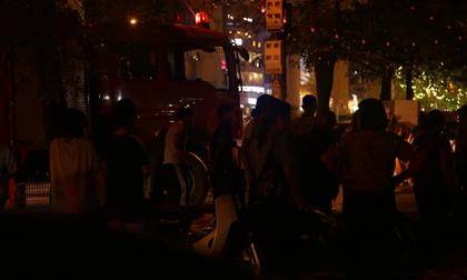 Hà Nội: Cháy nhà dân gần cổng trường Đại học Công nghiệp, người dân hốt hoảng ôm đồ đạc bỏ chạy