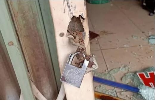 Khóa trái cửa, đổ xăng đốt tiệm cắt tóc nhằm sát hại cả nhà người yêu - 1