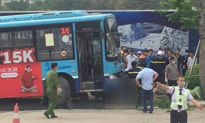 Kinh hoàng khoảnh khắc xe buýt Hà Nội lao lên vỉa hè, húc đổ cây, tông tử vong người đi bộ