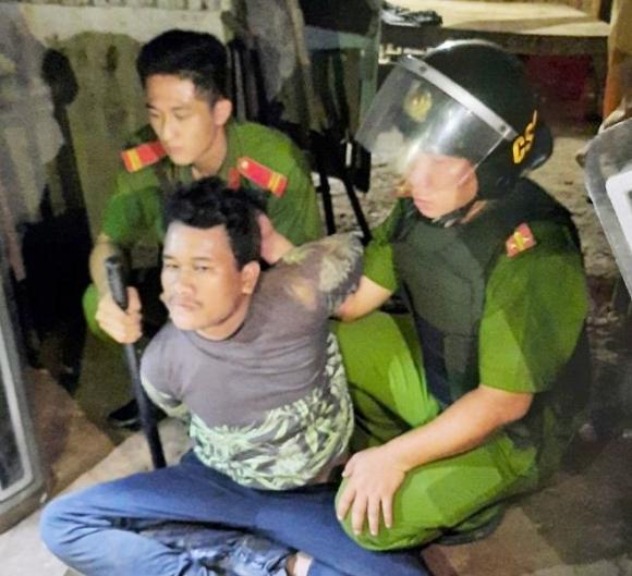 Thanh Tuấn bị lưc lượng chức năng khống chế, giải cứu thành công bé gái (Ảnh: Dân Việt)