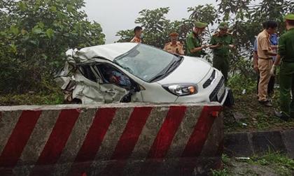 Hòa Bình: Xe con đấu đầu xe khách khiến 2 người tử vong, hình ảnh chiếc Morning nằm lại hiện trường gây ám ảnh