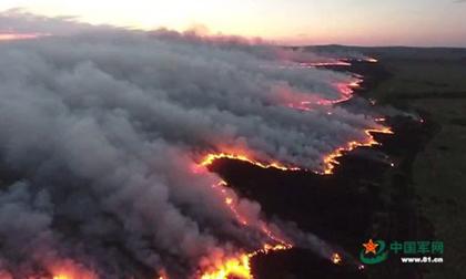 Thảo nguyên bùng cháy ngùn ngụt ở Mông Cổ hóa 'rồng lửa' tấn công Trung Quốc