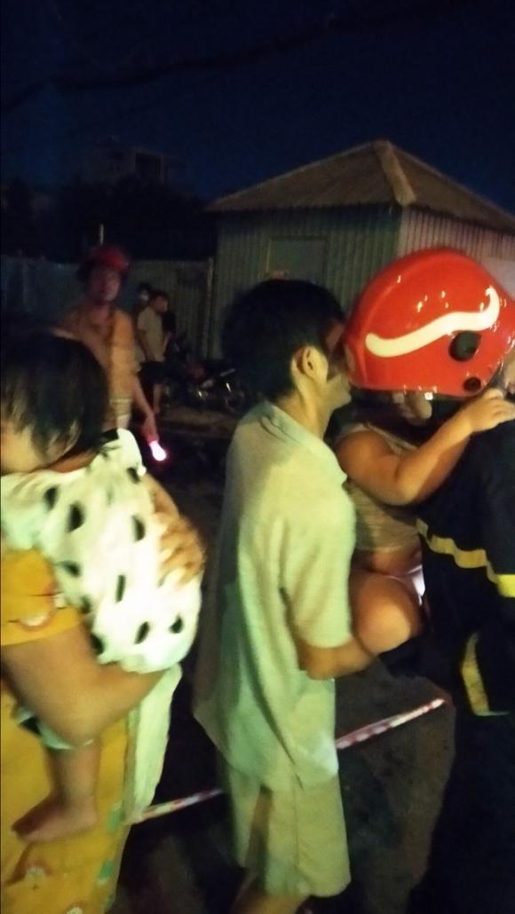 Gần 30 người lớn và trẻ em mắc kẹt, hoảng loạn kêu cứu trong đám cháy chung cư mini ở Sài Gòn - Ảnh 5.
