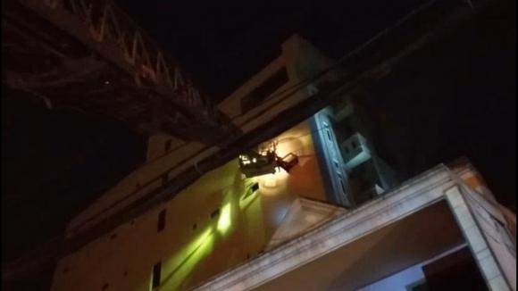 Gần 30 người lớn và trẻ em mắc kẹt, hoảng loạn kêu cứu trong đám cháy chung cư mini ở Sài Gòn - Ảnh 1.