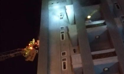 Gần 30 người lớn và trẻ em mắc kẹt, hoảng loạn kêu cứu trong đám cháy chung cư mini ở Sài Gòn