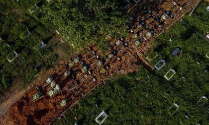 Quốc gia phải chôn thi thể nạn nhân COVID-19 giữa đường vì nghĩa trang hết đất trống