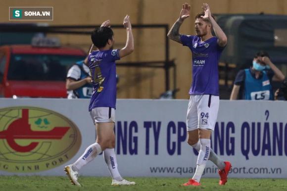 Cặp đôi ngoại binh cứu bầu Hiển khỏi phen hú vía, Hà Nội FC níu giữ hi vọng top 6 - Ảnh 4.