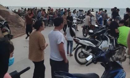 Ngồi trên cầu cảng hóng mát, nhóm 5 nam sinh bị sóng đánh rơi xuống làm 1 em tử vong