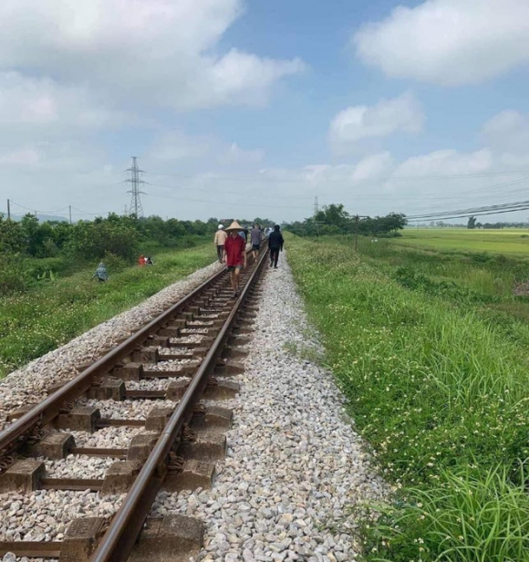 Vụ mẹ ôm con gái 7 tuổi lên đường ray lúc tàu sắp đến: Thi thể cháu bé có vết cắt sâu ở tay trái - Ảnh 1.