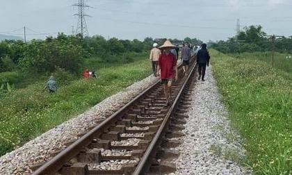 Vụ mẹ ôm con gái 7 tuổi lên đường ray lúc tàu sắp đến: Thi thể cháu bé có vết cắt sâu ở tay trái