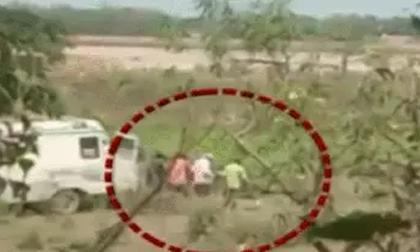 Ấn Độ: Hàng chục thi thể nạn nhân Covid-19 trôi sông, lộ clip nhân viên y tế khiêng xác đi vứt