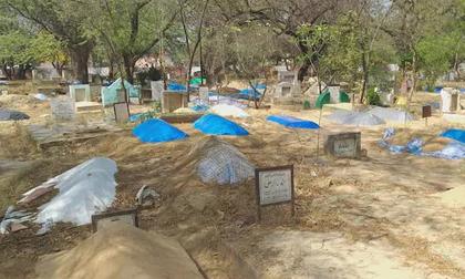 Thi thể chất đống, người Ấn Độ phải đào mộ cũ lấy chỗ chôn nạn nhân tử vong do Covid-19