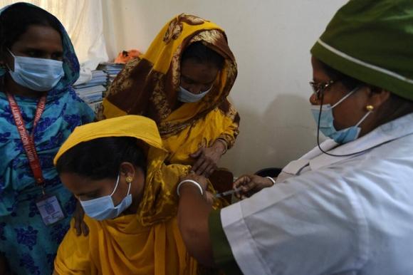 Láng giềng của Ấn Độ: Bác sĩ cảm giác như chiến tranh thế giới đang diễn ra, không thể nhận hết bệnh nhân - Ảnh 1.