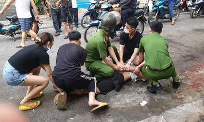 Công an phường quật ngã thanh niên nghi 'ngáo đá' chửi bới, dọa giết người đi đường