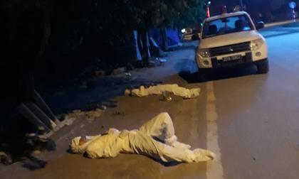 Xúc động hình ảnh những bác sĩ tuyến đầu chống dịch áo mũ kín mít, tranh thủ nằm nghỉ bên vệ đường