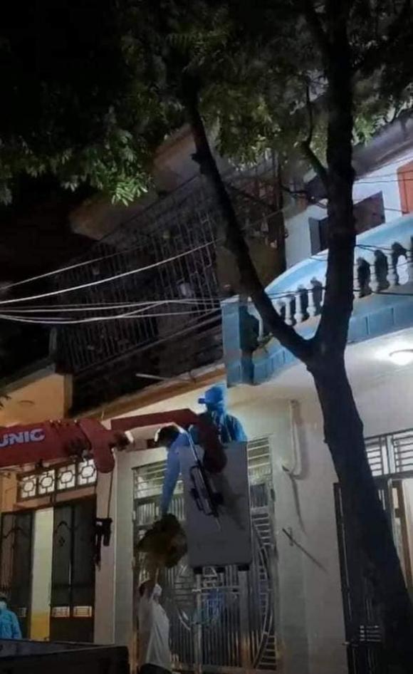 Bắc Giang: Người phụ nữ theo hội Thánh đức chúa trời là F1 không chịu đi cách ly, cảnh sát dùng xe thang tiếp cận - Ảnh 2.