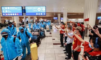 Ấm lòng khoảnh khắc tuyển Việt Nam được đồng bào chào đón tại UAE