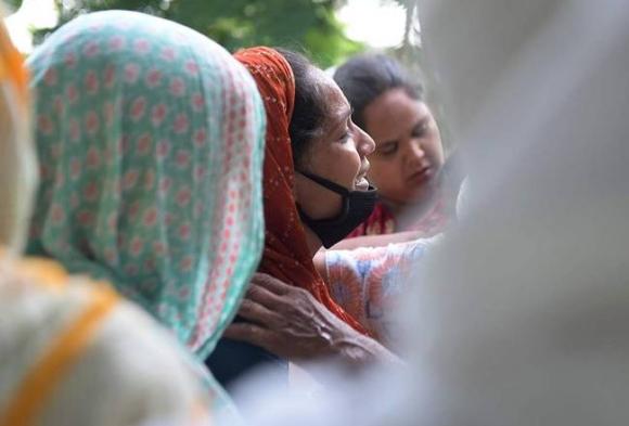 Ấn Độ: Số ca nhiễm Covid-19 và tử vong vẫn rất cao, lại thêm 35 người chết vì ngộ độc rượu - Ảnh 2.