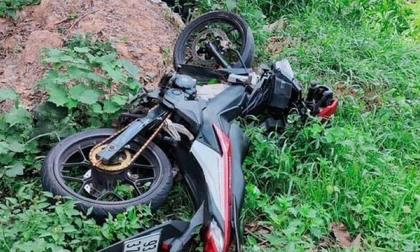 Sau tiếng động lớn, phát hiện 2 chiếc xe máy cùng 2 thi thể trong bụi cỏ bên đường