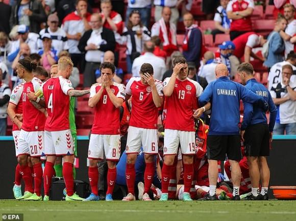 Bi kịch cầu thủ Đan Mạch đột quỵ trên sân: Hình ảnh