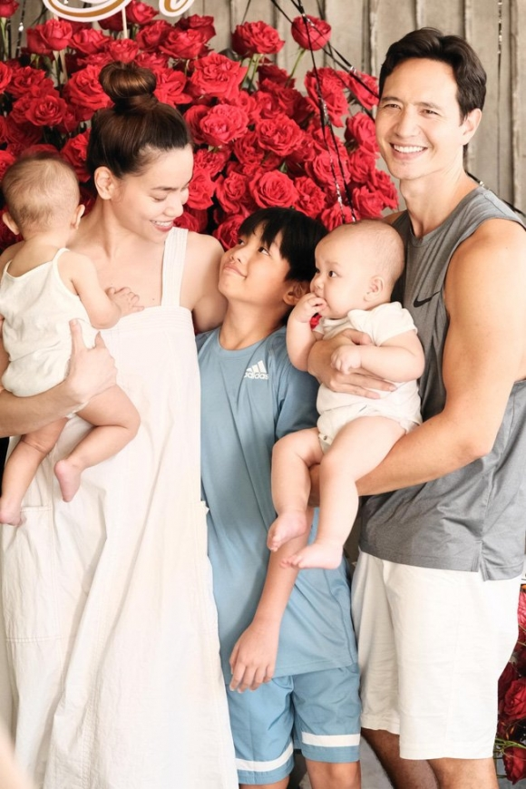 Hành động đặc biệt của Hà Hồ dành cho Subeo trong bức ảnh gia đình khiến fan xúc động